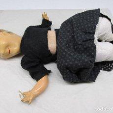 Bonecas Porcelana: MUÑECA ANTIGUA DE CARTÓN CON EL ROPAJE ORIGINAL DE LA ÉPOCA.. Lote 224092215