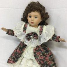 Muñecas Porcelana: MUÑECA PORCELANA VESTIDO FLORES. Lote 235677255
