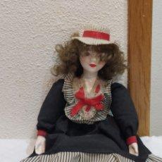 Muñecas Porcelana: MUÑECA DE PORCELANA ESPAÑOLA VESTIDA DE ÉPOCA. Lote 236994490