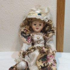 Muñecas Porcelana: PRECIOSA MUÑECA DE PORCELANA VESTIDO DE ÉPOCA. Lote 237000725