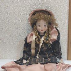 Muñecas Porcelana: BONITA MUÑECA DE PORCELANA CON VESTIDO DE ÉPOCA. Lote 237002085