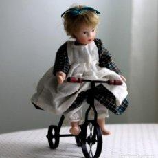 Muñecas Porcelana: MUÑECA CON BICI. Lote 240230065