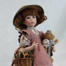 Muñecas Porcelana: MUÑECA DE PORCELANA,ALTURA 53 CM,PEANA DE MADERA.. Lote 240748045