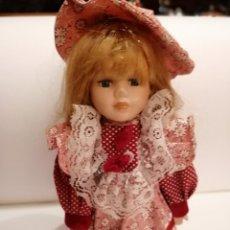 Muñecas Porcelana: PRECIOSA MUÑECA DE PORCELANA * VESTIDO Y COMPLEMENTOS ORIGINALES + PEANA * ALTURA ---) 27 CM. Lote 242250540