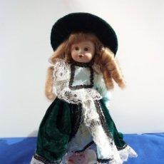 Muñecas Porcelana: MUÑECA DE PORCELANA VICTORIANA VESTIDO DE TERCIOPELO VERDE OJOS AZULES. Lote 242829245