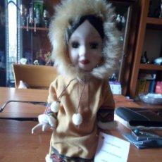 Muñecas Porcelana: MUÑECA ESQUIMAL PORCELANA / MUÑECA INDIA. Lote 242952745
