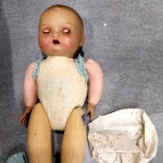 Muñecas Porcelana: MUÑECO/A PRINCIPIOS SIGLO XX, ABRE Y CIERRA OJOS DE CRISTAL Y HACE SONIDO AL MOVERSE. Lote 244412885