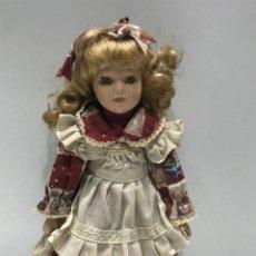 Poupées Porcelaine: MUÑECA DE PORCELANA RUBIA CON VESTIDO DE ENCAJE. Lote 246620660