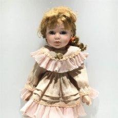 Poupées Porcelaine: MUÑECA DE PORCELANA RUBIA CON VESTIDO ROSA. Lote 246620815