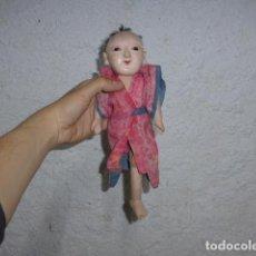 Muñecas Porcelana: ANTIGUO MUÑECO JAPONES DE GOFUN (PASTA COMPOSICIÓN CON POLVO DE OSTRAS) Y PAPEL MACHÉ, JAPON.. Lote 251433725