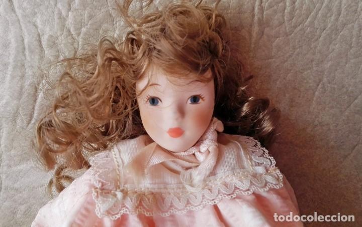 Muñecas Porcelana: Muñequita porcelana 23 cm morena pelo rizado ropa rosa casa muñecas - Foto 2 - 156984206