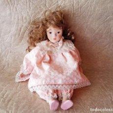 Muñecas Porcelana: MUÑEQUITA PORCELANA 23 CM MORENA PELO RIZADO ROPA ROSA CASA MUÑECAS. Lote 156984206