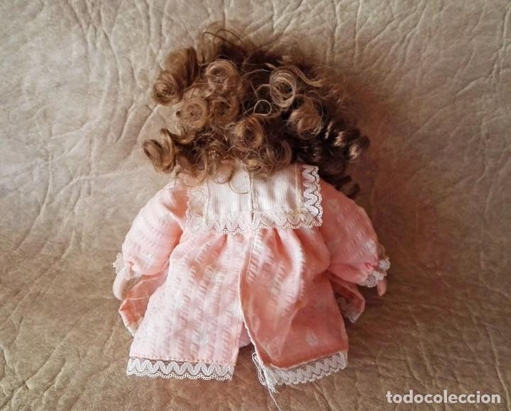 Muñecas Porcelana: Muñequita porcelana 23 cm morena pelo rizado ropa rosa casa muñecas - Foto 7 - 156984206