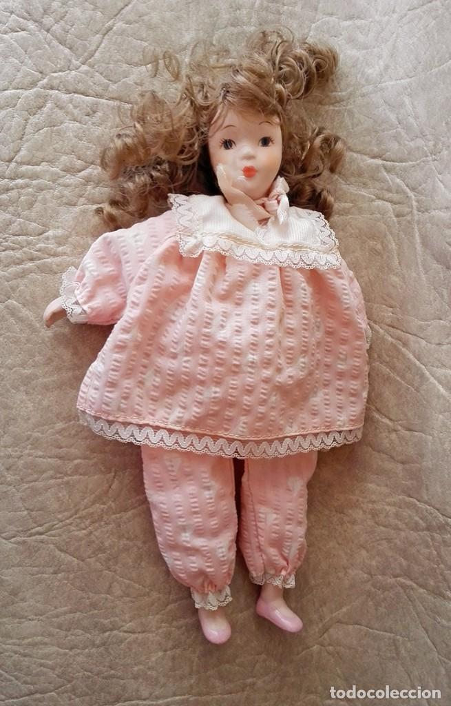Muñecas Porcelana: Muñequita porcelana 23 cm morena pelo rizado ropa rosa casa muñecas - Foto 4 - 156984206