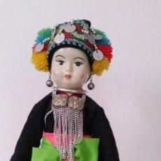 Muñecas Porcelana: ANTIGUA MONECA DE COLECION EN PORCELANA LO CUERPO EN TEJIDO ROPAS ORIGINALES. Lote 254544405