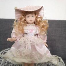 Muñecas Porcelana: MUÑECA DE PORCELANA CON VESTIDO ROSA. Lote 255386140