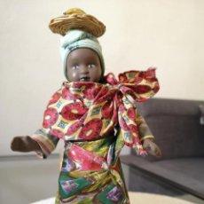 Muñecas Porcelana: MUÑECAS DEL MUNDO DE PORCELANA RBA - VESTIDO ETNICO TRADICIONAL DE MADAGASCAR. Lote 258117415