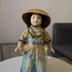 Muñecas Porcelana: MUÑECAS DEL MUNDO DE PORCELANA RBA - VESTIDO ETNICO TRADICIONAL DE FILIPINAS. Lote 258119215