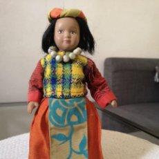 Muñecas Porcelana: MUÑECAS DEL MUNDO DE PORCELANA RBA - VESTIDO ETNICO TRADICIONAL DEL TIBET. Lote 258120320