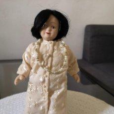 Muñecas Porcelana: MUÑECAS DEL MUNDO DE PORCELANA RBA - VESTIDO ETNICO TRADICIONAL CON COLLAR DE PERLITAS. Lote 258123155