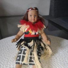 Muñecas Porcelana: MUÑECAS DEL MUNDO DE PORCELANA RBA - VESTIDO ETNICO TRADICIONAL DE NIGERIA. Lote 258167525