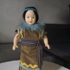 Muñecas Porcelana: MUÑECAS DEL MUNDO DE PORCELANA RBA - VESTIDO ETNICO TRADICIONAL DE INDIA AMERICANA. Lote 258168215