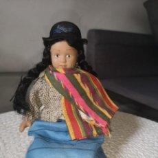 Muñecas Porcelana: MUÑECAS DEL MUNDO DE PORCELANA RBA - VESTIDO ETNICO TRADICIONAL DE BOLIVIA. Lote 258168415
