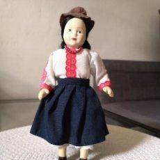 Muñecas Porcelana: MUÑECAS DEL MUNDO DE PORCELANA RBA - VESTIDO ETNICO TRADICIONAL AMERICANO. Lote 258168620