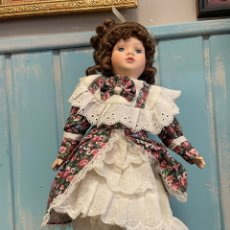 Muñecas Porcelana: ANTIGUA MUÑECA DE PORCELANA CON SOPORTE. Lote 259777180
