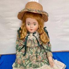 Muñecas Porcelana: ANTIGUA MUÑECA DE PORCELANA, PINTADA A MANO, GORRO Y TRAJE DE LO MEJOR, 45 CM , AÑOS 60. Lote 260295915