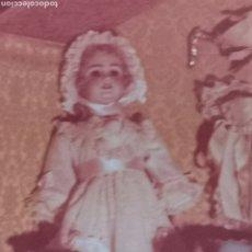 Muñecas Porcelana: FOTOGRAFÍA DE MUÑECA ANTIGUA CERÁMICA Y OBJETOS DE CERÁMICA ANTIGUAS. 1960S 1970S. Lote 260328115