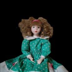 Muñecas Porcelana: MUÑECA DE PORCELANA PINTADA A MANO ANTIGUA CON VESTIDO VERDE. Lote 253788925