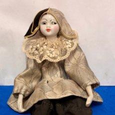 Muñecas Porcelana: ARLEQUÍN DE PORCELANA BISCUIT DE RAMON INGLÉS, PINTADO A MANO, LARGO 37 CM, AÑO 1972.. Lote 261264920