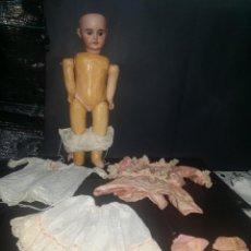 Bambole Porcellana: ANTIGUISIMA MUÑECA CARA DE CERAMICA Y CUERPO CARTON PIEDRA. Lote 261867910