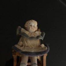 Bambole Porcellana: MAGNIFICO BEBÉ DE PORCELANA EN SU TRONA. S. XIX. VESTIDO DE SEDA ORIGINAL.. Lote 262563070