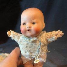Bambole Porcellana: ANTIGUO MUÑECO BEBÉ DE PORCELANA FINA OJOS DURMIENTES EXTREMIDADES DE PORCELANA CUERPO BLANDO. Lote 263673545