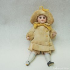 Bambole Porcellana: MUÑECA DE PORCELANA PARA CASA DE MUÑECAS OJOS DE CRISTAL,MIDE UNOS 9CM - VER DESCRIPCIÓN.. Lote 266550583