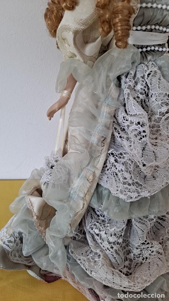 Muñecas Porcelana: PRECIOSA MUÑECA DE PORCELANA CON VESTIDO DE ÉPOCA, COLLAR, PERLAS Y SOPORTE DE PIE - 50 CM - Foto 5 - 268605659