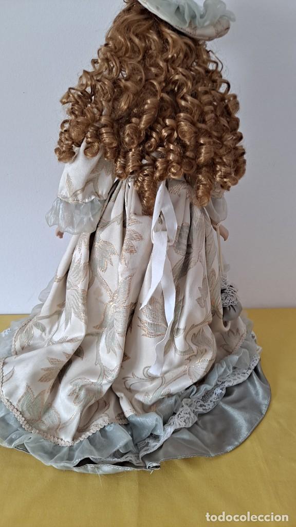 Muñecas Porcelana: PRECIOSA MUÑECA DE PORCELANA CON VESTIDO DE ÉPOCA, COLLAR, PERLAS Y SOPORTE DE PIE - 50 CM - Foto 9 - 268605659