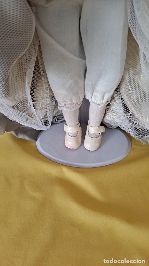 Muñecas Porcelana: PRECIOSA MUÑECA DE PORCELANA CON VESTIDO DE ÉPOCA, COLLAR, PERLAS Y SOPORTE DE PIE - 50 CM - Foto 10 - 268605659