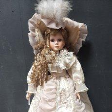 Bonecas Porcelana: ANTIGUA MUÑECA DE PORCELANA RUBIA CON OJOS AZULES. Lote 272893523