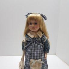 Bonecas Porcelana: ANTIGUA MUÑECA DE PORCELANA GRANDE CON SOPORTE METALICO. Lote 275124988