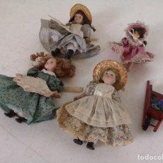 Bonecas Porcelana: LOTE DE 4 MUÑECAS DE PORCELANA, ROPA Y CARRETILLA DE MADERA. Lote 276379383