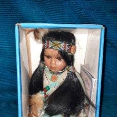 Muñecas Porcelana: MUÑECA NATIVA INDIA AMERICANA DE PORCELANA CATHAY COLL,CAJA Y LIBRO, 18 CM, AÑOS 90. Lote 277075803