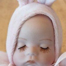 Muñecas Porcelana: BEBE PORCELANA PIJAMA CONEJITA MUSICAL. Lote 278886748