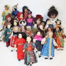 Muñecas Porcelana: COLECCIÓN DE 51 MUÑECAS DE PORCELANA. VESTIDOS TRADICIONALES. SIGLO XX. Lote 41004949
