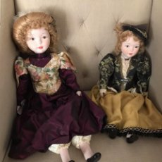 Muñecas Porcelana: PAREJA DE MUÑECAS PORCELANA AÑOS 80. VESTIDAS DE ÉPOCA. GRANDES, 55 Y 48 CM. A ESTRENAR. Lote 287347843