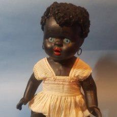 Muñecas Porcelana: MUÑECA NEGRA DE PORCELANA , PELO DE ASTRACAN , ARGENTINA , AÑOS 1920,30. Lote 193749495