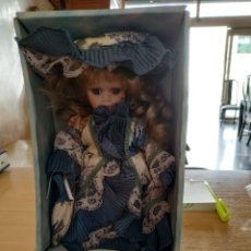 Muñecas Porcelana: MUÑECA DE PORCELANA ANTIGUA ,EN SU CAJA ORIGINAL. Lote 293884233