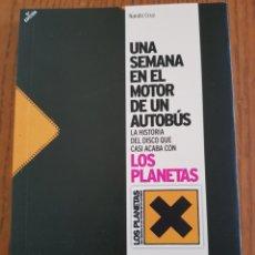 Cataloghi di Musica: LIBRO LOS PLANETAS. UNA SEMANA EN EL MOTOR DE UN AUTOBÚS. NANDO CRUZ. Lote 229260225